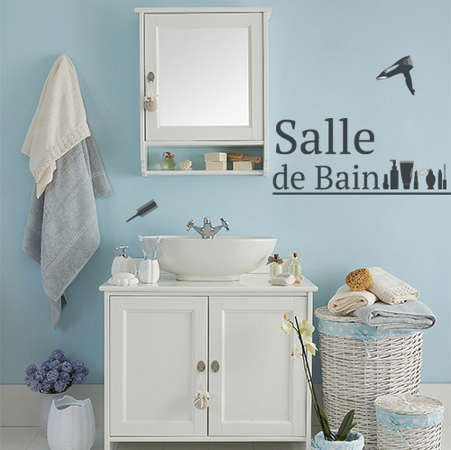 Salle de bain classique personnalisée avec les lettres adhésives déco noires et des stickers silhouettes de produits de beauté.
