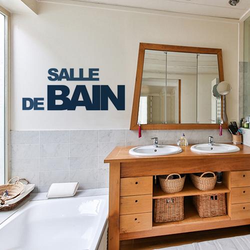Décoration d'une salle de bain avec lettres adhésives déco bleu canards, meuble double vasque en bois et paniers en osiers