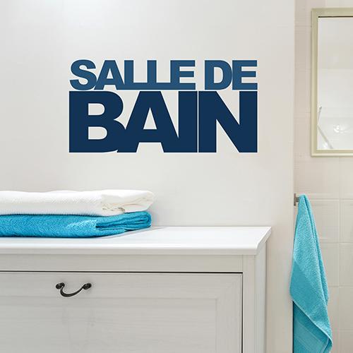 Salle de bain personnalisée avec un sticker lettres adhésives déco bleu collé au mur au dessus d'un meuble