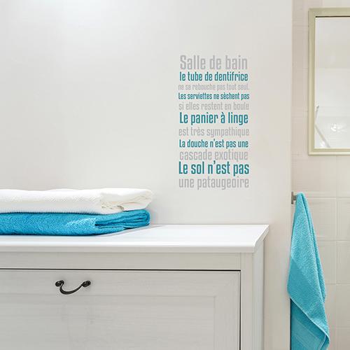 sticker texte sdb collé au mur d'une salle de bain blanche
