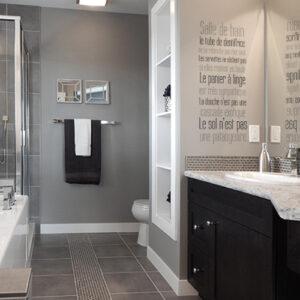 sticker texte sdb sur le mur d'une grande et belle salle de bain