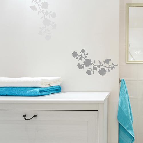 sticker fleurs déco sur mur de salle de bain blanche et simple