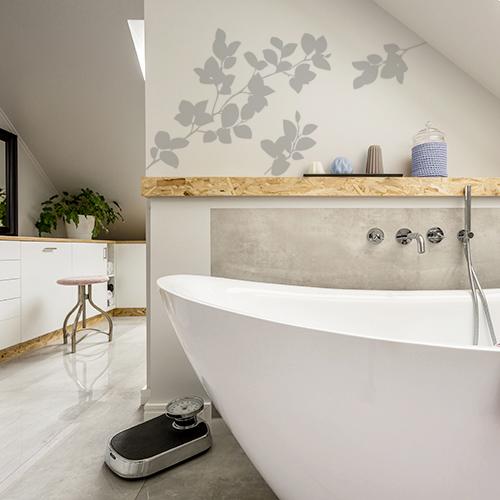sticker branchage sur mur de salle de bain lumineuse