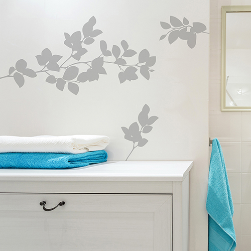 sticker branchage déco sur mur de salle de bain blanche