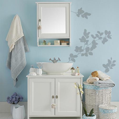 sticker déco branchage sur mur de salle de bain bleue et classique