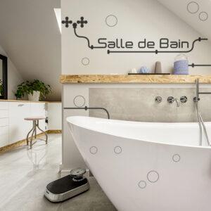 Salle de bain moderne personnalisée avec des stickers déco salle de bain avec lettres adhésives déco et tuyaux industriels.