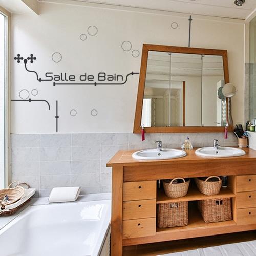 Salle de bain au style industriel et citation déco avec lettres adhésives