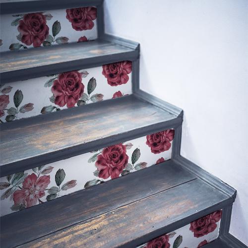 Roses rouges stickées sur des contremarches en bois noir
