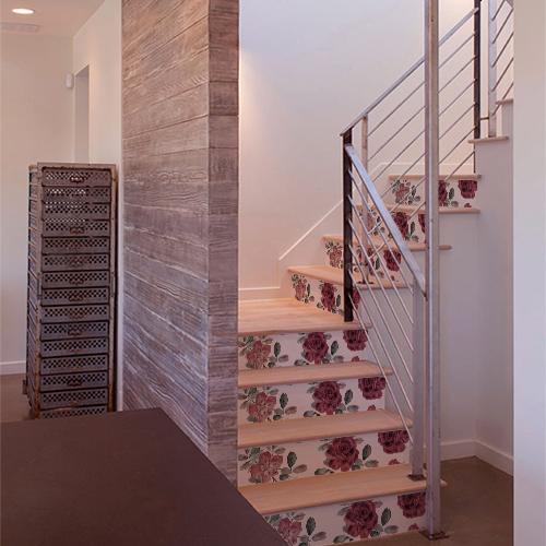 Roses rouges collées sur des contremarches d'escaliers modernes