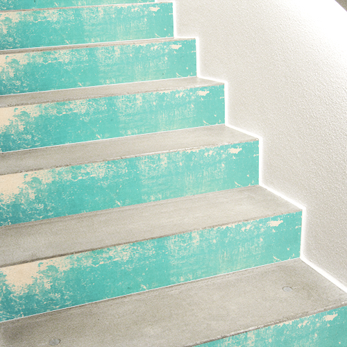 Stickers autocollants couleur turquoise collés sur des escaliers en béton blanc