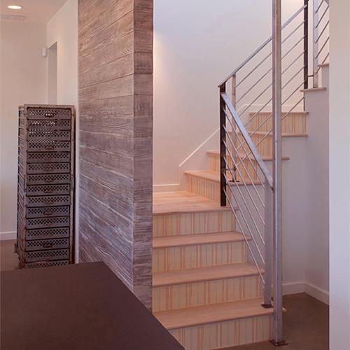Escalier en bois dont les contremarches sont mises en valeurs par des stickers autocollants cabines de plage