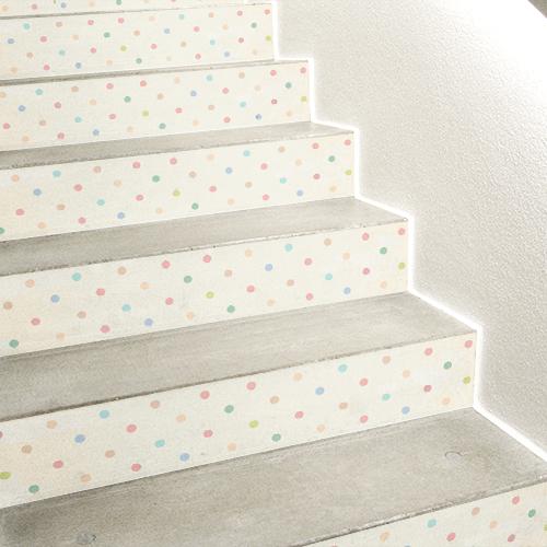 Escalier en béton mis en avant avec des stickers à pois multicolores