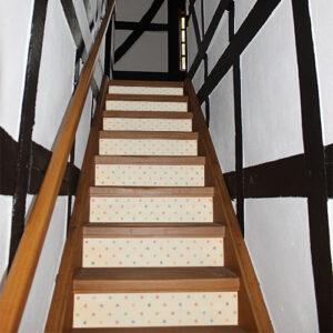 Escalier classique avec des poids de toutes les couleurs collés sur les contremarches