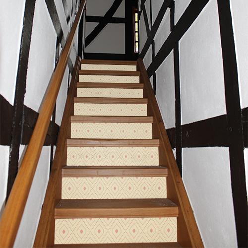 Escalier en bois classique orné de stickers autocollants jaunes et oranges