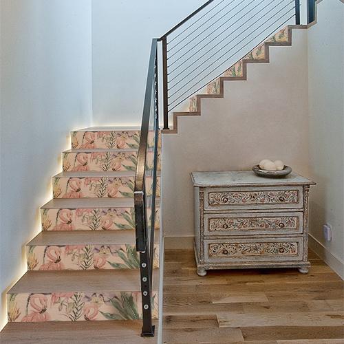 Contremarches en bois modernes avec des stickers autocollants décoratifs flamands roses sur les contremarches.