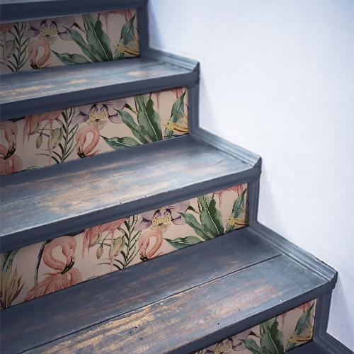 Escaliers en bois noir décorés avec des stickers flamands roses WSH
