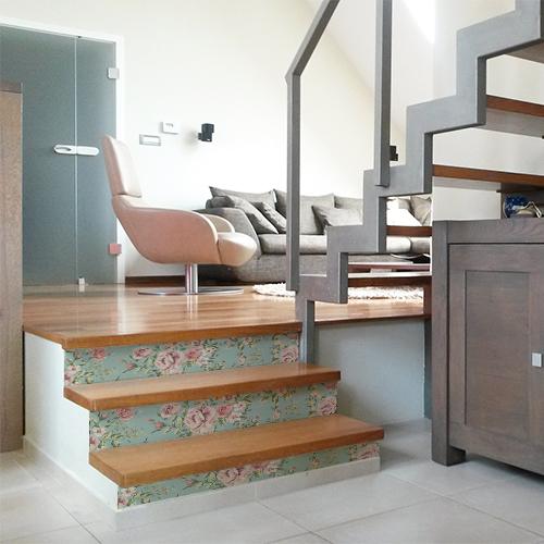 Stickers décoratifs roses collés sur des contremarches en bois dans un escalier moderne