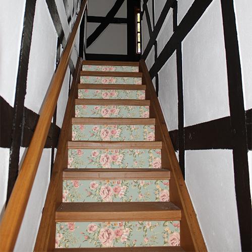 Escalier très classique en bois décoré avec des stickers autocollants ornés de roses pour contremarches