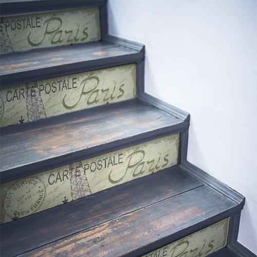 Cartes postales Paris collées sur des escaliers en bois noir