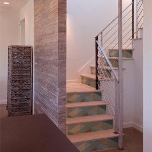 Escaliers en bois classique décorés par des stickers adhésifs imitation ardoise bleue