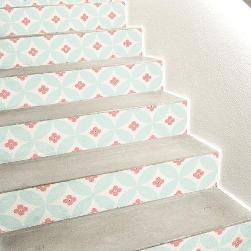 Contremarches d'escaliers en béton ornées de stickers autocollants décoratifs floral colorés
