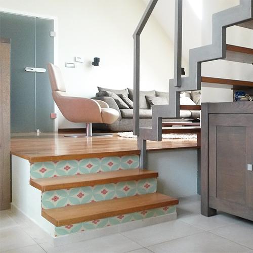 Escalier moderne en bois avec des contremarches ornées de stickers adhésifs orange et turquoise