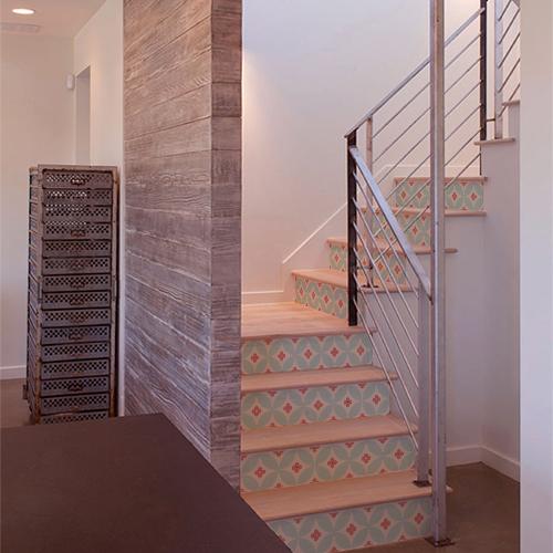 Stickers décoratifs bi-colores motif floral collés sur des escaliers en bois classiques