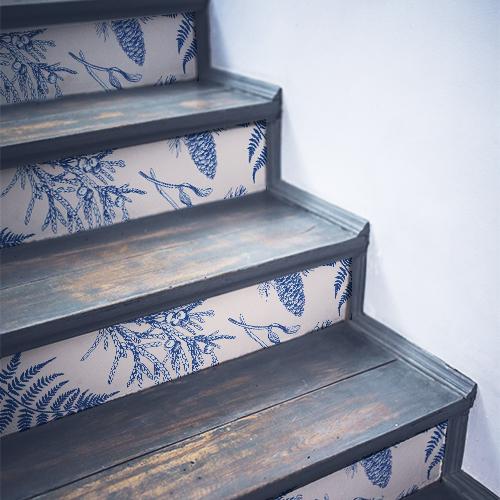 Escalier en bois noir orné de stickers pour contremarches motif fougères bleues