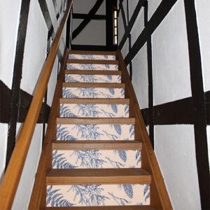 Maison traditionnelle avec des escaliers recouverts de stickers représentant des plantes bleues