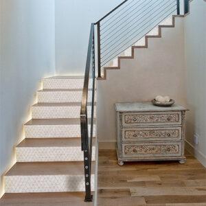 Maison luxueuse dont les escaliers sont recouverts de stickers géométriques blancs
