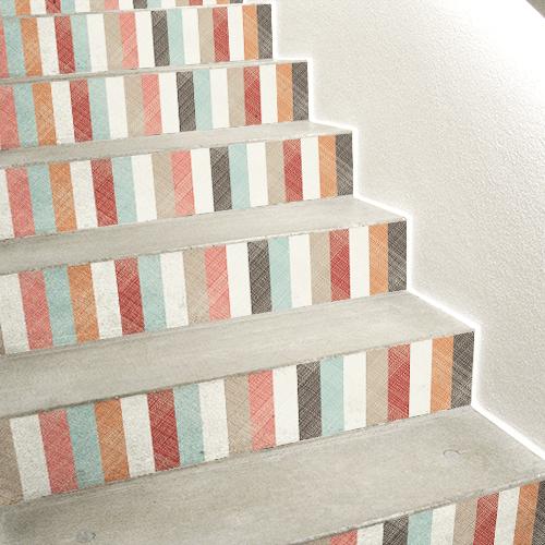 Escalier en béton blanc avec des stickers adhésifs multicolores collés sur les contremarches.