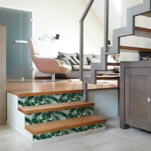 Pièce moderne avec des contremarches ornées de fougères vertes sur fond blanc