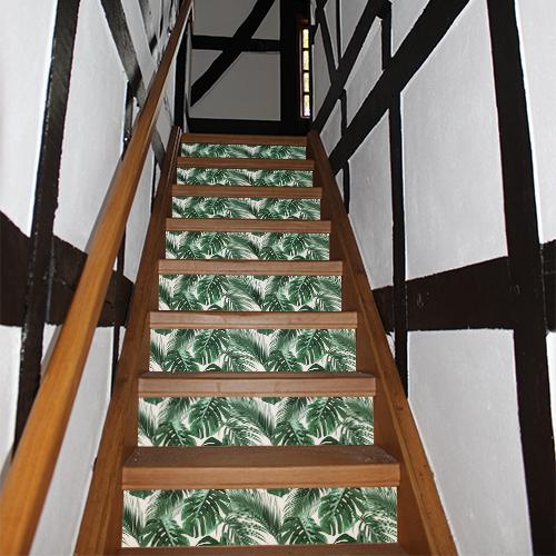 Escalier en bois standard orné de stickers pour contremarches représentant des fougères vertes