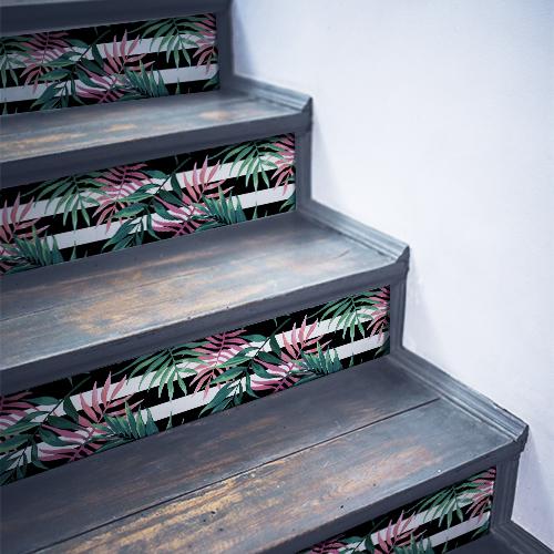 Escalier en bois noir décoré avec des fougères vertes et roses autocollantes