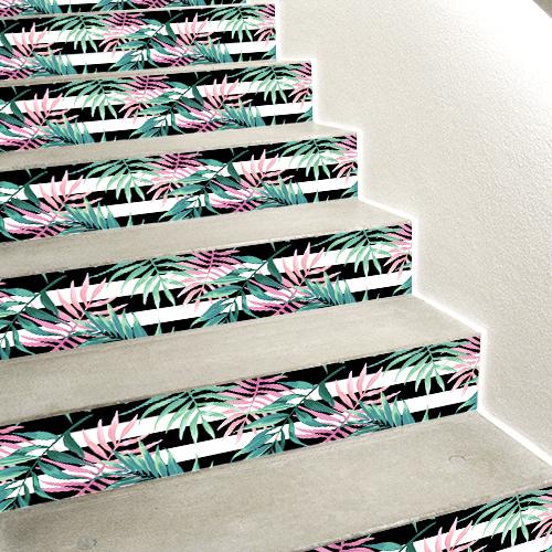 Escaliers en bétons orné de stickers autocollants représentant des fougères vertes et roses sur un fond noir et blanc