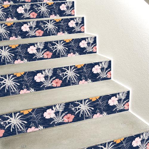 Stickers fleurs sur fond bleus collés sur des contremarches en béton blanc