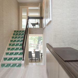 Stickers autocollants tropicaux représentant des fougères vertes collés sur les marches d'un escalier moderne en bois