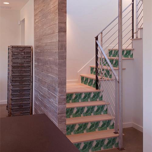 Escalier luxueux en bois avec des stickers autocollants fougères vertes sur les contremarches