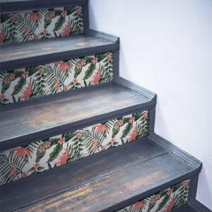 Stickers autocollants roses et verts représentant des plantes tropicales collés sur des contremarches en bois