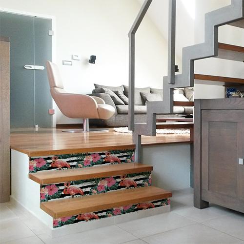 Contremarches en bois modernes avec des stickers adhésifs représentant des flamands roses et des fougères