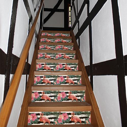 Maison traditionnelle dont les escaliers sont mis en valeur par des flamands roses adhésifs