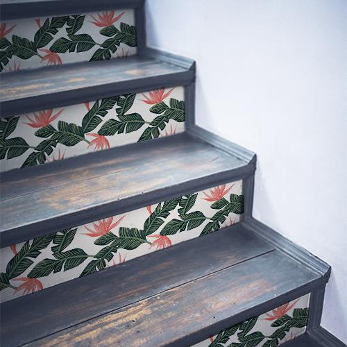 Escalier en bois recouvert de stickers autocollants décoratifs pour contremarches motifs fougères vertes et roses