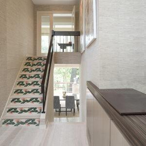 Escalier droit moderne en bois orné de plusieurs stickers adhésif représentant des plantes exotique