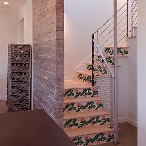 Plantes exotiques bi-colores collés sur les contremarches d'un escalier en bois