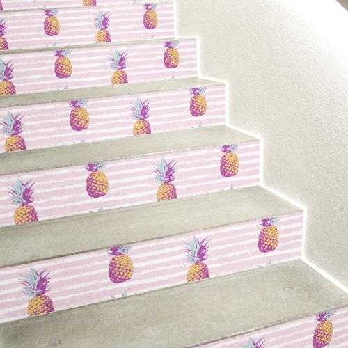 Mosaïque d'ananas collée sur des escalier en béton blanc
