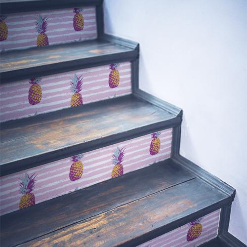 Frise d'ananas autocollante collée sur des contremarches en bois noir