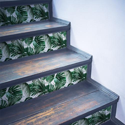 Escaliers en bois noir ornés de stickers autocollants fougères tropicales vertes sur fond blanc