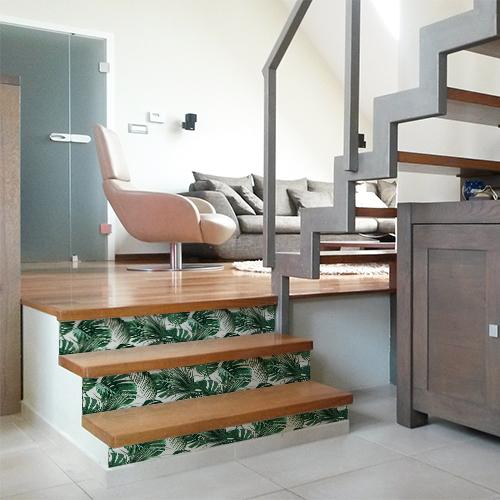 Escaliers d'une maison moderne ornés de stickers autocollants déco représentant des fougères exotiques