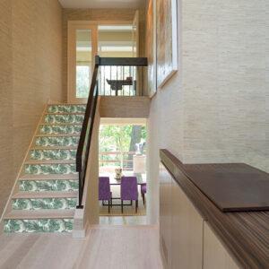 Escalier en bois moderne décoré avec des stickers fougères vertes pour contremarches