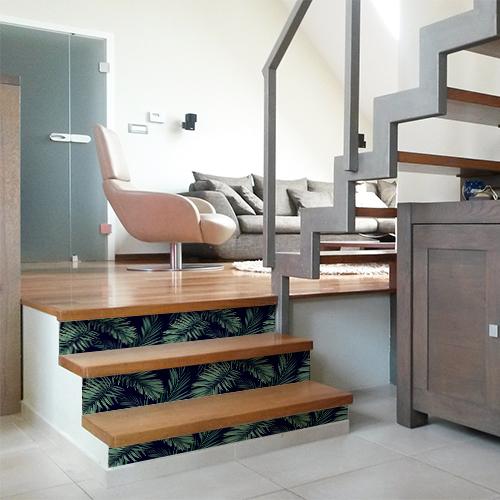 Escalier moderne en bois décoré avec des stickers autocollants représentant des fougères vertes